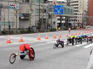 東京マラソン2014 茅場橋 車いすランナー